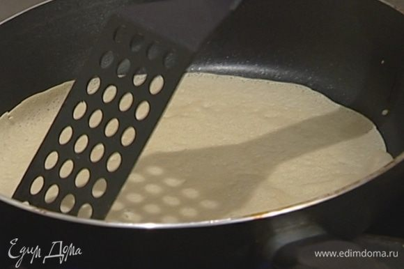 Разогреть сковороду и пожарить тонкие блины на растительном масле.
