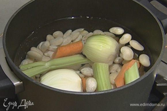 Добавить к фасоли 1 луковицу, 1 морковь, 1 стебель сельдерея и 2 лавровых листа. Варить около часа, затем лук, морковь, сельдерей и лавровые листья вынуть.
