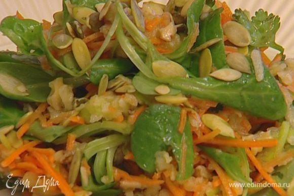 Посыпать салат семечками и кинзой.