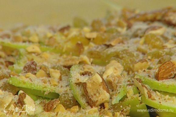 На сухари равномерно выложить яблоки, изюм, миндаль. Присыпать сахаром с корицей, положить сверху несколько кусочков сливочного масла.