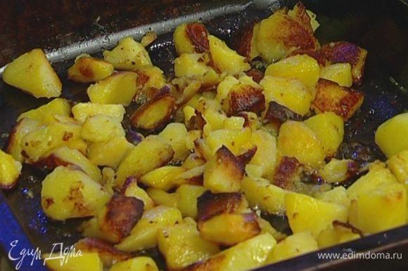 Отваренный картофель выложить на противень, полить оставшимся оливковым маслом и поставить запекаться под свинину. Через 15 минут картофель перевернуть и запекать все еще около 20-30 минут.