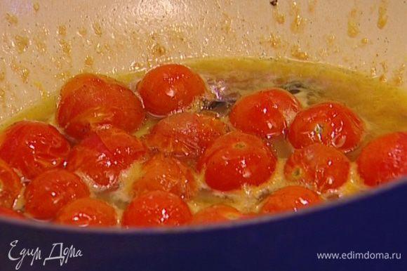 Добавить цедру апельсина, апельсиновый сок, стручок и зерна ванили и тушить на медленном огне еще 10—15 минут.