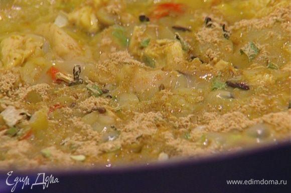 Довести бульон до кипения, добавить курицу и капусту, через минуту - рисовые макароны и варить суп до готовности макарон согласно инструкции на упаковке.