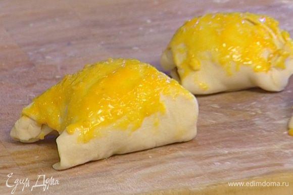 Смазать желтком и присыпать пармезаном.