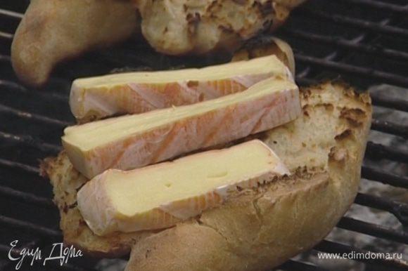 Хлеб перевернуть и на поджаренную сторону положить по 2–3 кусочка сыра. Подержать еще 1–2 минуты на гриле, чтобы сыр слегка поплыл.