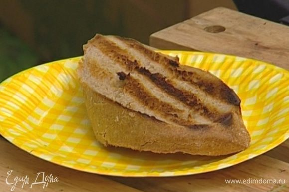 Хлеб нарезать и обжарить на гриле с обеих сторон.