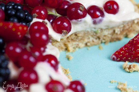 Вынуть пирог из формы и уложить сверху на крем как можно больше ягод.