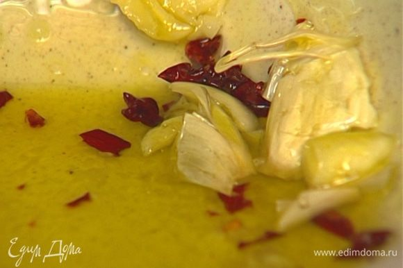 Приготовить маринад, соединив оливковое масло, перец чили (или сладкую паприку), листья тимьяна, чеснок и соль.