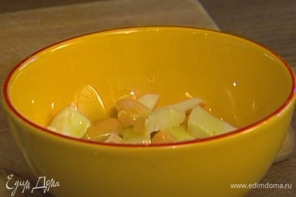 Оставшийся сыр полить лимонным соком, 1–2 ст. ложками оливкового масла, добавить щепотку перца и перемешать.