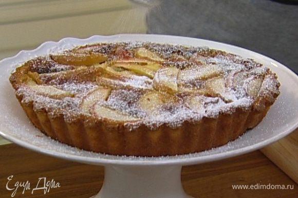 Готовый пирог остудить, затем вынуть из формы и посыпать сахарной пудрой.