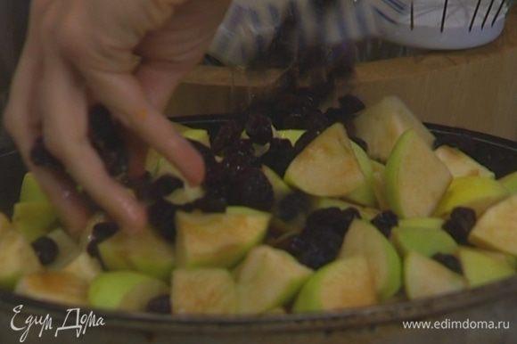 Отправить к тыкве яблоки и изюм, снова накрыть крышкой и потушить еще 10 минут.