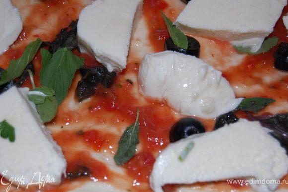 Этот кусок пиццы у меня «а-ля маргарита», выкладываем на соус маслины, базилик и моцареллу , посыпаем приправой.