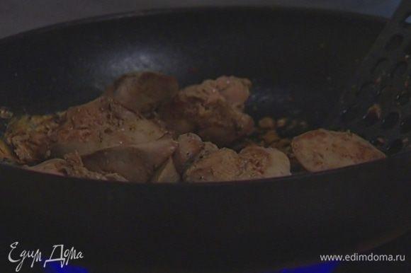 Соль вместе с перцем растереть в ступке, обвалять в этой смеси куриную печенку и обжаривать в тяжелой разогретой сковороде без добавления масла по нескольку минут на каждой стороне.