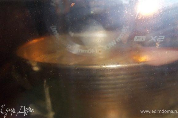 Духовку предварительно разогреть до 150°С.Сверху выложить тесто и поставить в разогретую духовку на 25-30 минут.