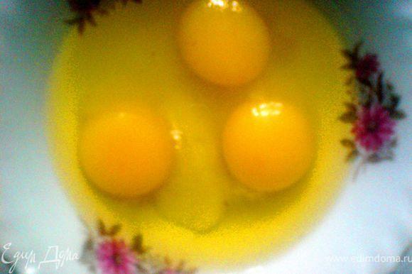 яйца взбить вместе с солью и сахаром ,добавить тёплое молоко