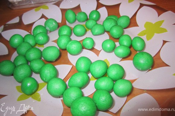 Из зеленой мастики, накатать горошинки .