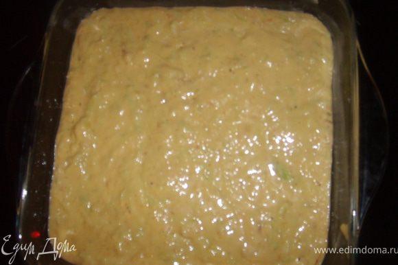 Смазываем форму маслом и выливаем наше тесто, форма у меня было 20 на 20,и