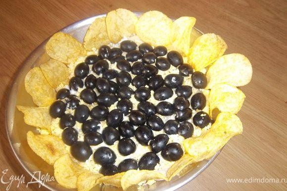 Укрась салат маслинами и чипсами