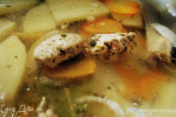 Соединить рыбный бульон и бульон из креветок. Довести до кипения и положить туда овощи и варить их до готовности. За 1-2 минут до готовности положить туда обжаренную куриную грудку с луком и всеми специями.Перед тем как снять с огня положить укроп и лавровый лист. Из головы и хвоста рыбы снять остатки мяса и положить в суп.Дать немного настояться -минут 7-10 и все можно есть.