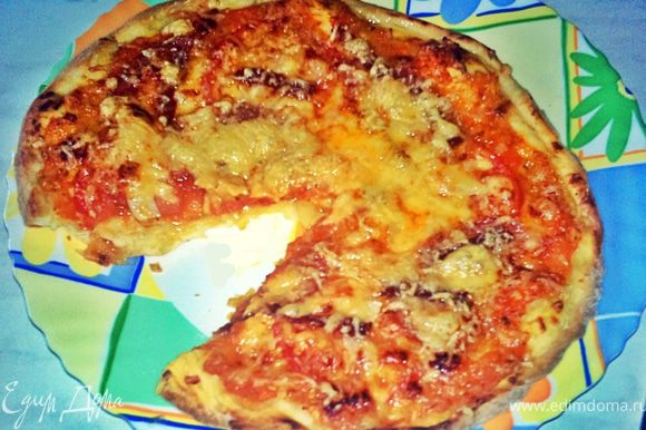 Поставить выпекаться в разогретую до 200 градусов духовку примерно на 20 минут,пока край пиццы красиво не подрумянится.