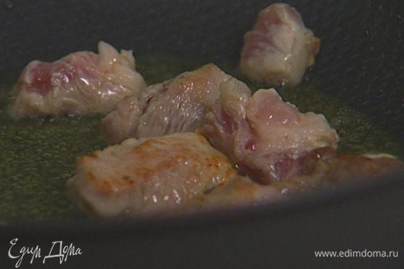 Кусочки свинины обвалять в муке со специями, обжарить в той же сковороде и выложить на тарелку.