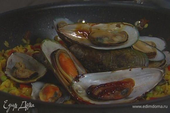 Посолить и поперчить, добавить стручковую фасоль, креветки, мидии и оливки, влить оставшееся оливковое масло.