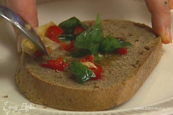 Выложить на хлеб немного заправки, 1 ст. ложку шпината, полоски цукини, полить заправкой и присыпать сыром.