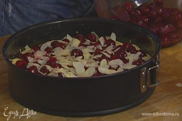 Присыпать пирог резаным миндалем и выпекать в разогретой духовке 30–35 минут. Проверить готовность, проткнув спичкой, — она должна остаться сухой.