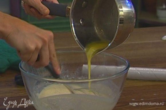 Сливочное масло растопить, добавить в тесто и все перемешать.
