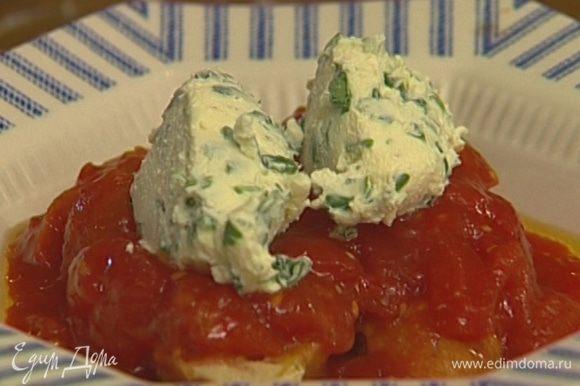 Полить горячие хлебные тосты томатным соусом с кусочками помидоров, а сверху на каждый тост выложить 1 ст. ложку творога.