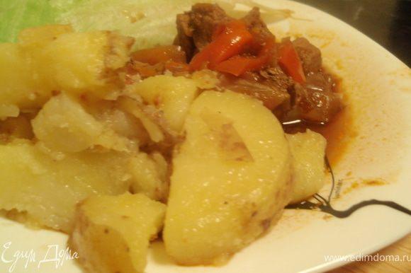 В качестве гарнира в Ирландии чаще всего подают картофель. Вот и мы решили не отходить от традиций. Так что подаю с предварительно отваренным, а затем обжаренным картофелем.