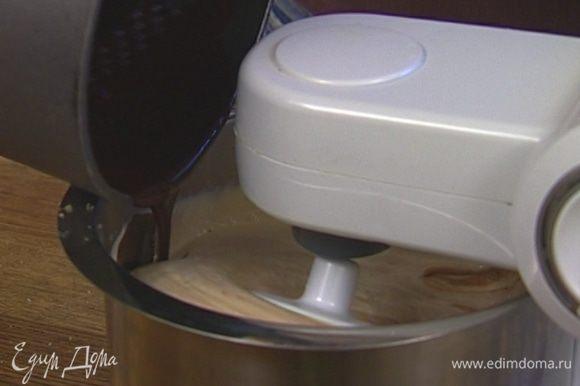 Добавить во взбитые яйца растопленный шоколад с маслом.
