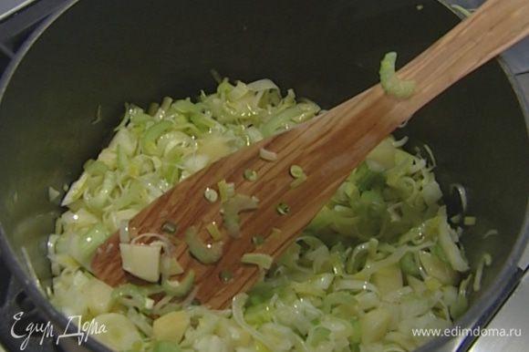 В кастрюле разогреть сливочное и оливковое масло, добавить нарезанные овощи и тушить около 10 минут на слабом огне.
