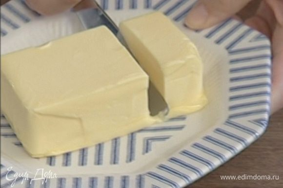 Взбивать 175 г предварительно размягченного сливочного масла на самой большой скорости, понемногу добавляя сахар, цедру и 2–3 ст. ложки лимонного сока, до получения гладкой однородной массы.