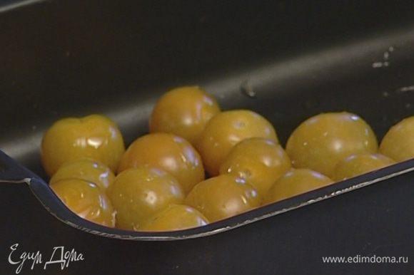 Помидоры черри положить в глубокий противень, сбрызнуть 2 ст. ложками оливкового масла, посолить, поперчить и отправить в разогретую духовку на 15 минут.