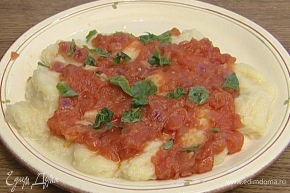 Готовые ньокки посыпать сыром, полить соусом и присыпать базиликом.
