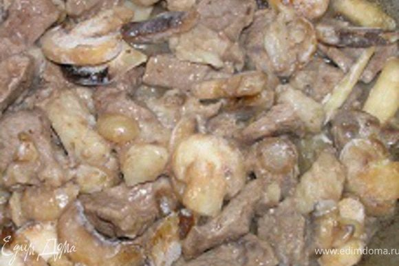 Готовить 5-7 минут до мягкости грибов. Посолить, поперчить.