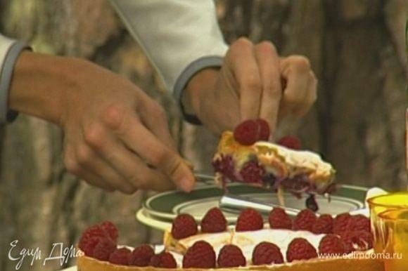 Слегка остывший пирог вынуть из формы, присыпать сахарной пудрой и украсить сверху малиной.