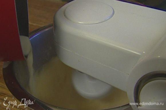 Взбить в блендере оставшиеся 4 желтка с кукурузной мукой и сахаром. Не переставая взбивать, влить ванильное молоко и апельсиновую эссенцию.