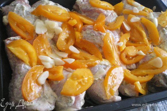 На помидорах сделать крестообразные надрезы, опустить в кипяток, обдать холодной водой, снять кожицу. Помидоры нарезать дольками.Смешать помидоры, чеснок, 1 ч. л. прованских трав, добавить соль и перец по вкусу.Выложить половину овощной смеси в глубокую форму для запекания, приправить оливковым маслом. Курицу разрезать на порционные куски,удалить лишний жир. Измельчить оставшийся чеснок с оставшимися прованскими травами, солью, перцем и 2 ст. л. масла, натереть куски курицы со всех сторон. Поместить их в форму на овощной слой, поверх выложить оставшиеся овощи. Поставить в разогретую до 190 °С духовку, запекать до готовности, около 1 ч 10 мин.
