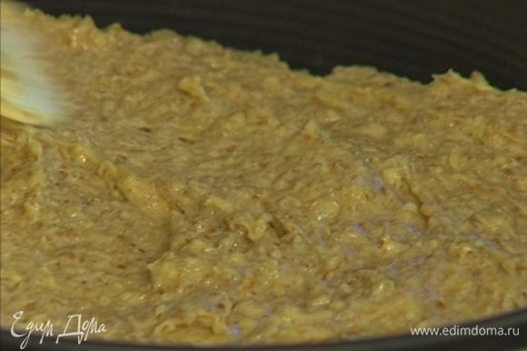 Сверху вылить тесто, распределив его равномерно.