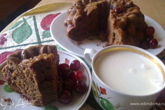 Вуаля - кекс готов))) больше всего мне нравится такой кекс с холодным домашним молоком! Приятного аппетита)))