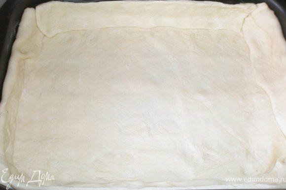 Намазать сливочным маслом форму. Раскатать тесто, выложить в форму, сделав высокие бортики.
