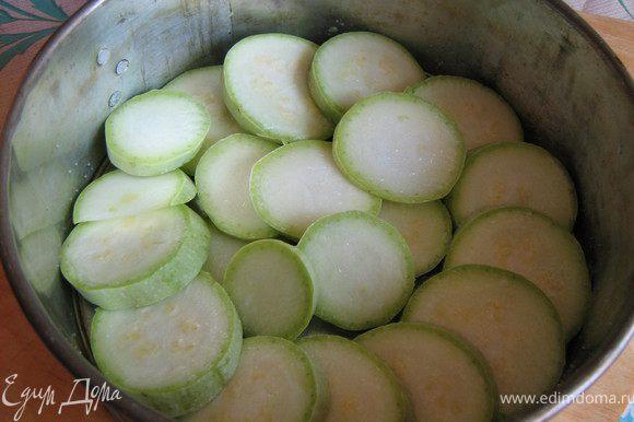 Духовку разогреть до 180С. Приготовить соус.Помидор натереть на тёрке,добавить кетчуп,развести овощным бульоном или кипячёной водой,добавить приправы,чеснок и мелко нарезанный укроп. Кабачки вымыть,вытереть на сухо,отрезать хвостики и нарезать кружочками.Форму для запекания смазать маслом и аккуратно выложить кружочки кабачков в нахлёст,сбрызнуть маслом,