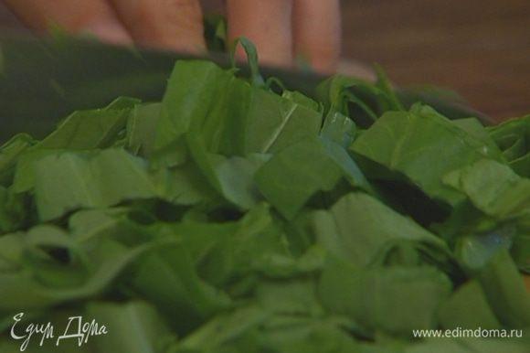 Шпинат, петрушку и зеленый лук мелко нарезать.