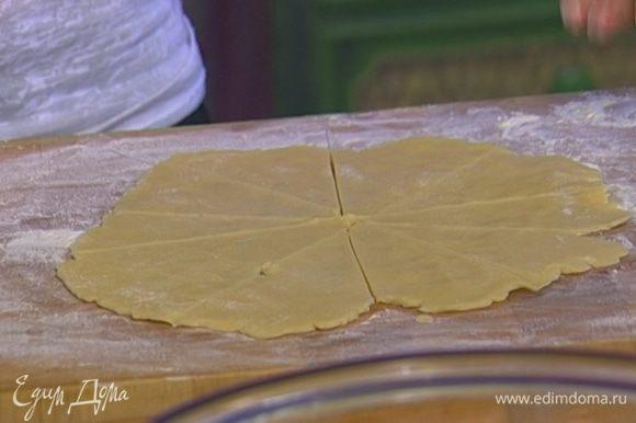 На присыпанной мукой поверхности раскатать каждую часть теста так, чтобы получился круглый пласт диаметром 25–30 см, а затем разрезать его на треугольники.