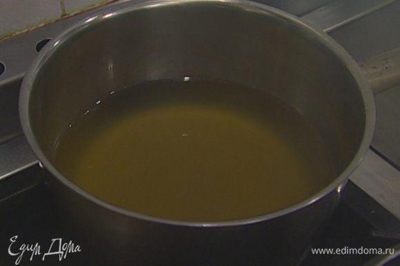 Приготовить бульон: кости кролика залить холодной водой, добавить морковь, сельдерей, лук, чеснок, петрушку, несколько веточек тимьяна, посолить и варить около часа.