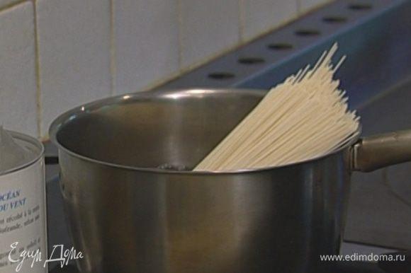 Рисовую вермишель отварить согласно инструкции на упаковке, воду слить.