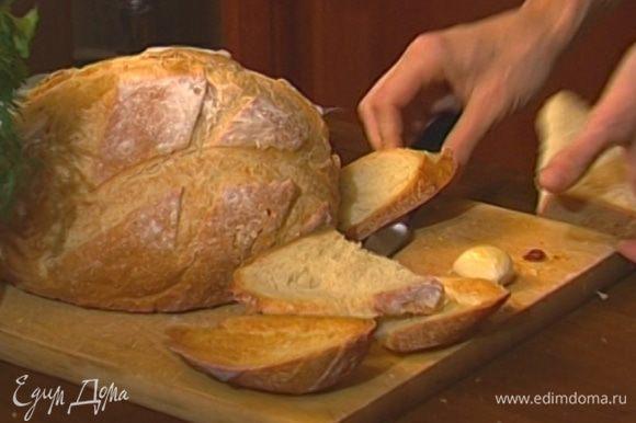 Хлеб нарезать, подсушить в духовке, натереть оставшимся чесноком и сбрызнуть оливковым маслом.