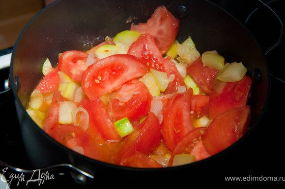 Затем добавляем кабачок и помидоры, ложку соли, помешивая жарим 5 минут. Теперь, когда овощи дали свой сок, добавляем кориандр и вино. Тушим овощи, пока оно не выпарится, периодически перемешиваем.